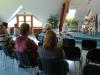 Udeleženci zbrano sledijo novinarski konferenci
