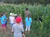 otroci-in-guzaj-2Otroci najdejo razbojnika Guzaja sredi koruze (2)