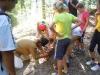 Vsi za enega, eden za vse - otroci pomagajo Guzaju odpreti škatlo