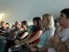 Obiskovalci zbrano spremljajo zanimivo debato (2)