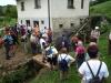 Pohodniki ob starem Lapršekovem mlinu na Prevorju
