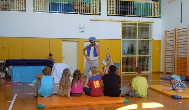 Otroci spoznavajo različne preobleke razbojnika Guzaja