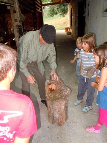 Guzaj otroke uči kovati Guzajeve zlatnike (3)