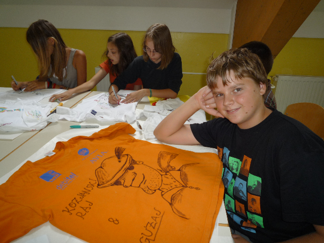 Drawing images of Guzaj on t-shirts