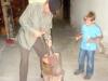 otroci-in-guzaj-10Guzaj otroke uči kovati Guzajeve zlatnike