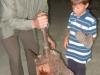 Guzaj otroke uči kovati Guzajeve zlatnike (4)