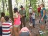 Otroci na sprehodu skozi gozd srečajo razbojnika Guzaja